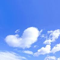 青空とハート型の雲