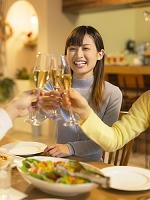 乾杯をする日本人女性