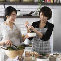料理をする40代日本人女性2人