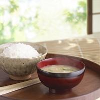 湯気のたったご飯と味噌汁