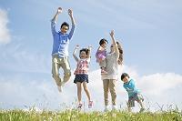 ジャンプする日本人家族
