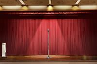 舞台に置かれたスタンドマイク