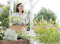 ガーデニングを楽しむ40代の日本人女性
