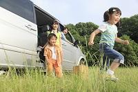 休日にドライブを楽しむ家族