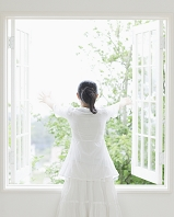 窓を開ける日本人女性