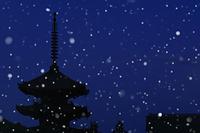 京都府 雪降る早朝の八坂の塔
