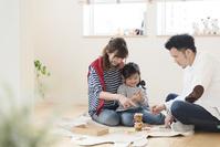 子供部屋で遊ぶ日本人親子