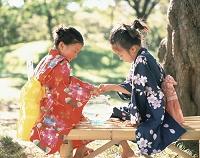金魚鉢と浴衣の女の子