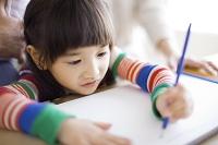絵を描く日本人の女の子