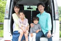 車に乗る日本人家族