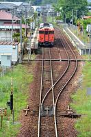 岡山県 津山線 駅を発車するキハ47系快速ことぶき