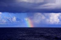 東京都 小笠原村 虹と雨雲