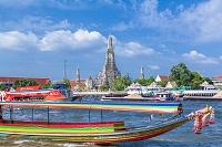 タイ チャオプラヤ川とワットアルン(暁の寺)