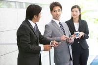 立ち話しをする日本人ビジネスパーソン