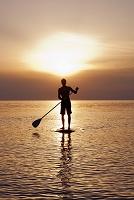 サーフボードに立つ男性