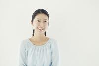 見つめる20代日本人女性