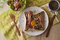 ベーコンとしめじと卵のそば粉のガレット