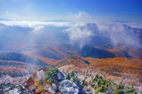 長野県 松本市 美ヶ原高原 王ヶ鼻 朝の霧氷と紅葉のカラマツ林と...