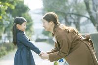 道端で向き合う日本人親子