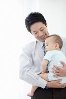 赤ちゃんを抱っこする父親