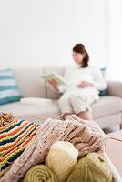 編み物と本を読む妊婦