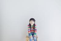 イスに座る笑顔の女の子