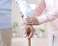 杖を持つ男性と手を添える女性