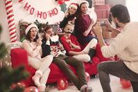 クリスマスのパーティーを楽しむ若者