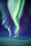 アメリカ合衆国 北極圏ブルックス山脈に舞うオーロラ