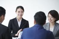 プレゼンする日本人ビジネスウーマン