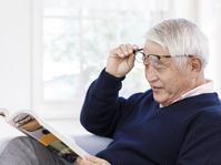 読書をする眼鏡のシニアの日本人男性