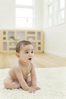 リビングに座る裸の日本人の赤ちゃん