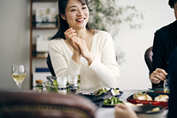 ホームパーティーを楽しむ40代日本人女性