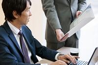 資料チェックをする日本人ビジネスマン