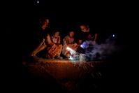 花火をする日本人の子供たち