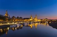 ドイツ ドレスデン エルベ川と旧市街のライトアップ