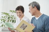 フォトアルバムを見る日本人シニア夫婦