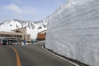 富山県 雪の大谷ウォーク室堂駅