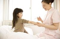病室の日本人の子供患者と看護師(注射器)5