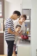 キッチンで料理をする家族