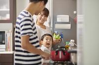お手伝いをする日本人の子供