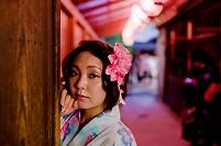 夜の祭りの浴衣日本人女性