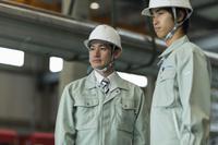 工場で働く作業員
