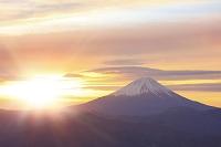 山梨県 櫛形山林道から富士山と朝焼け空と朝日