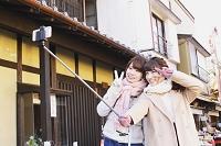 セルフィースティックで撮影する日本人女性