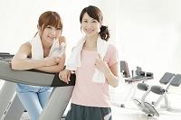 ジムで運動する日本人女性達