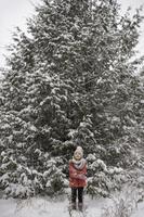 雪の中に立つ子供