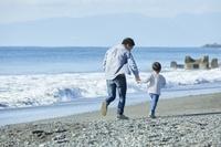 海岸にいる日本人親子