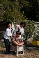 散髪をする日本人の子供