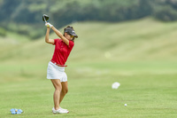 女子ゴルフ選手のティーショット(後ろ姿)